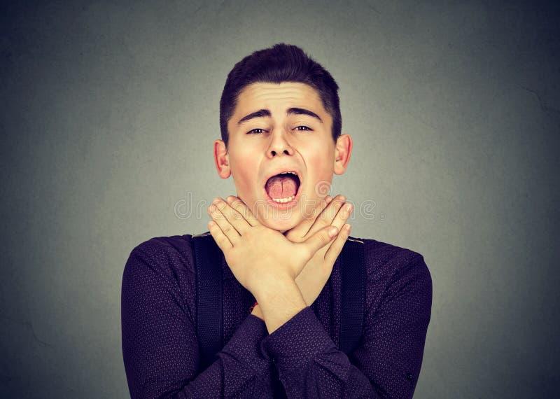 L'homme ayant la crise d'asthme ou obstruant peut souffle du ` t images libres de droits