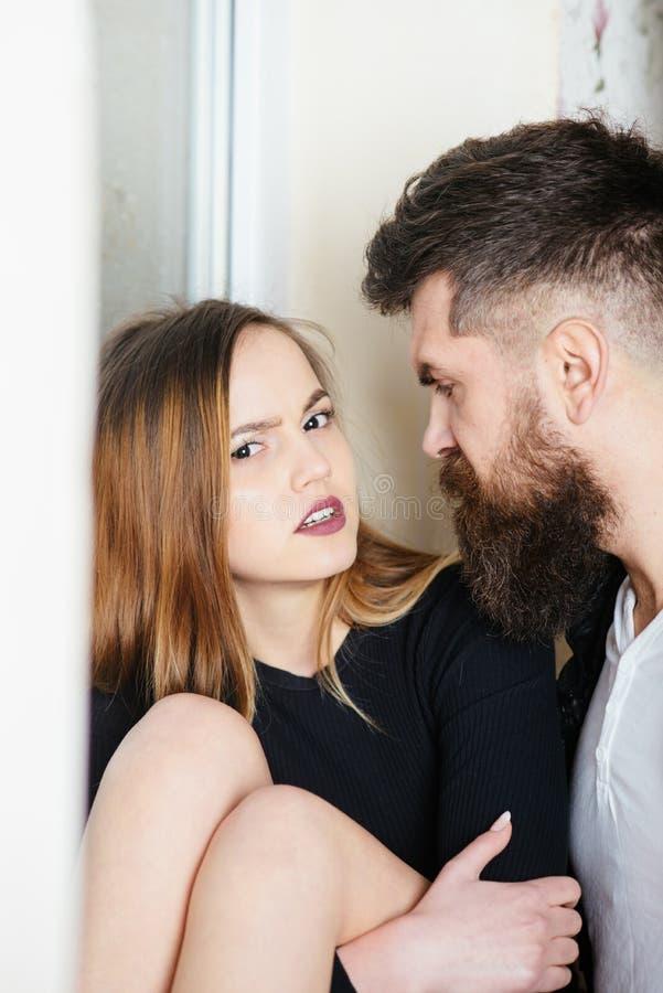 L'homme barbu et la jolie femme apprécient le vrai amour Couples romantiques dans l'amour Vous m'accomplissez photographie stock