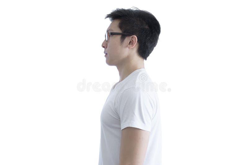 L'homme bel asiatique avec la chemise blanche et les lunettes oranges a le SI photo stock