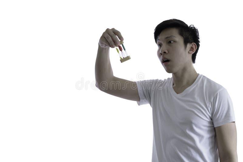 L'homme bel asiatique avec la chemise blanche et les lunettes oranges a SH photographie stock