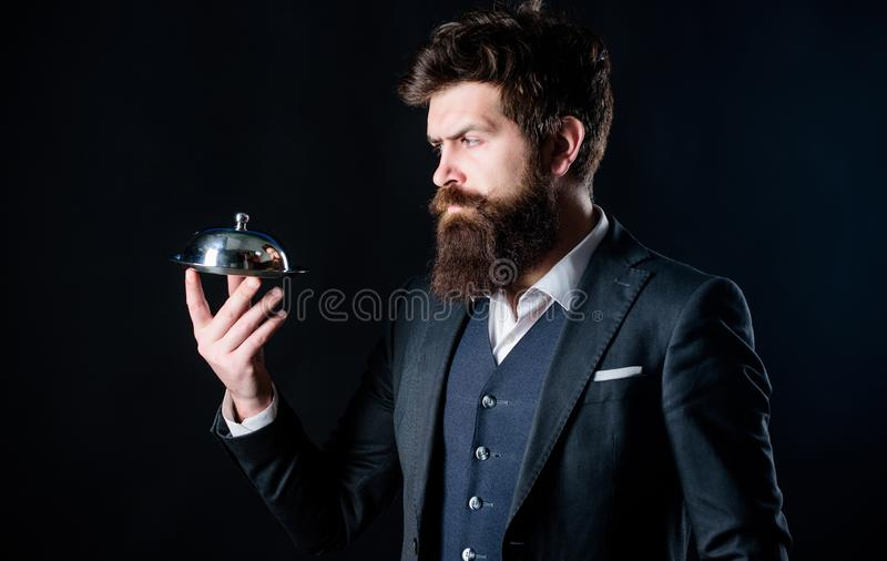 L'homme a bien toilett? le costume formel de monsieur barbu pour tenir peu de cloche Portion et pr?sentation ?lite luxueuse secre images stock