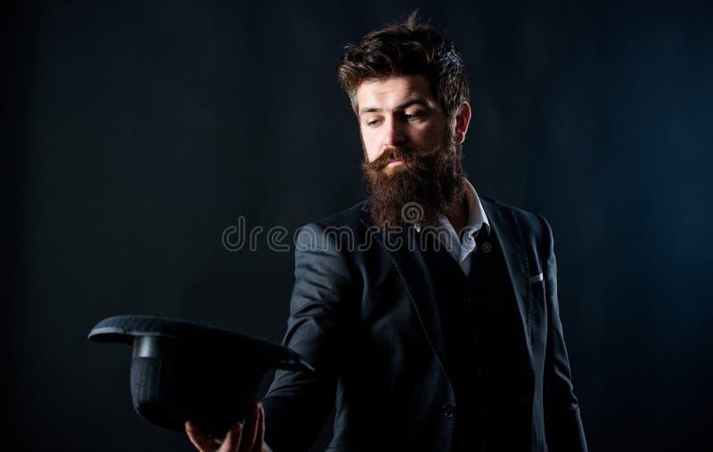 L'homme a bien toilett? le monsieur barbu sur le fond fonc? Mode masculine et v?tements d'homme ?quipement classique de style de  images stock