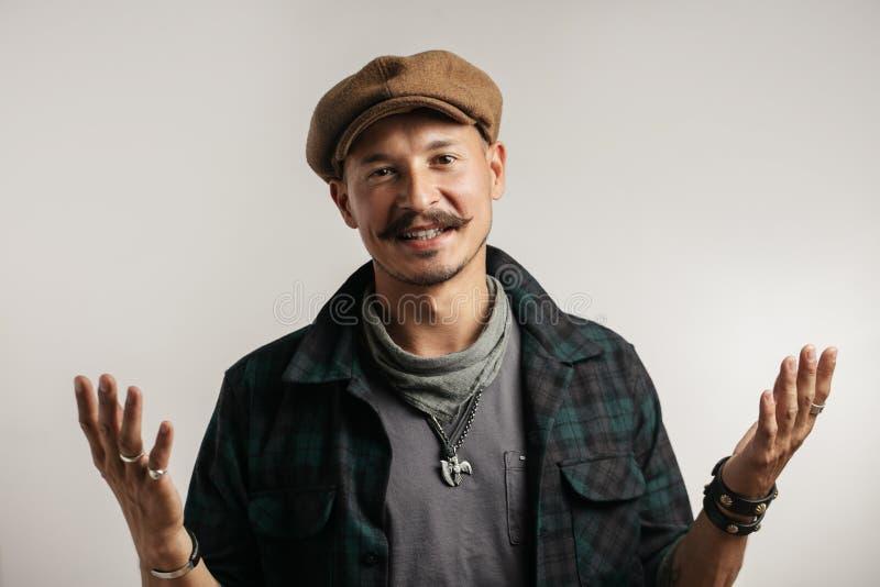 L'homme caucasien avec la moustache avec l'expression de doute, confondent et se demandent le concept images stock