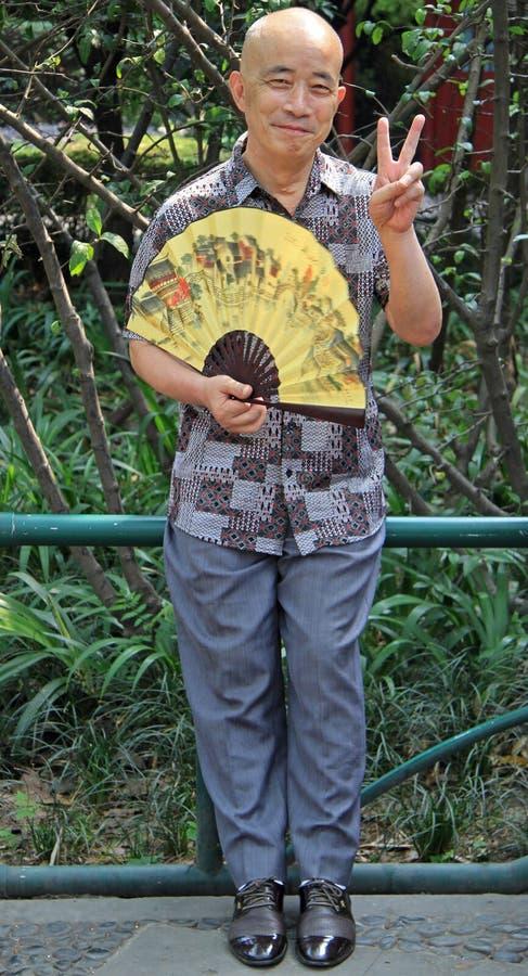 L'homme chinois chauve se repose en parc de Chengdu images stock
