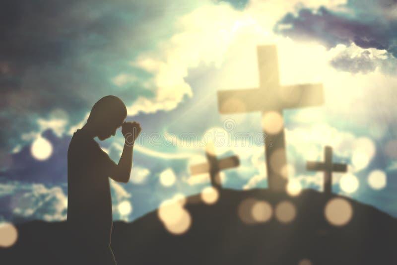 L'homme chrétien adore avec les signes croisés photos libres de droits