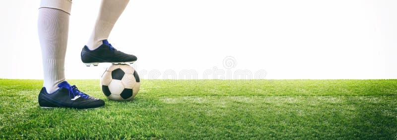 L'homme commande un ballon de football sur l'herbe photo libre de droits