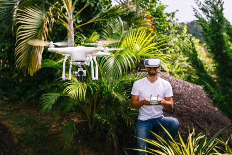 L'homme commande un quadrocopter images stock