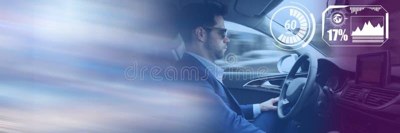 L'homme conduisant dans la voiture avec des têtes montrent l'interface et la transition photographie stock libre de droits