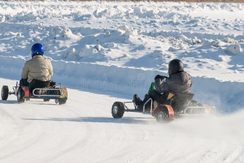 L'homme conduit le kart avec la vitesse sur la voie karting images stock