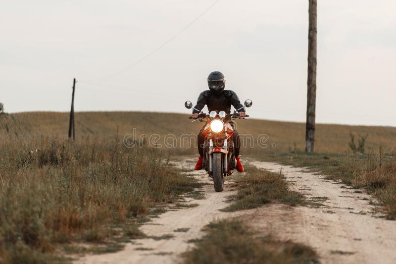 L'homme conduit une moto et voyage Voyage sur le vélo photos libres de droits