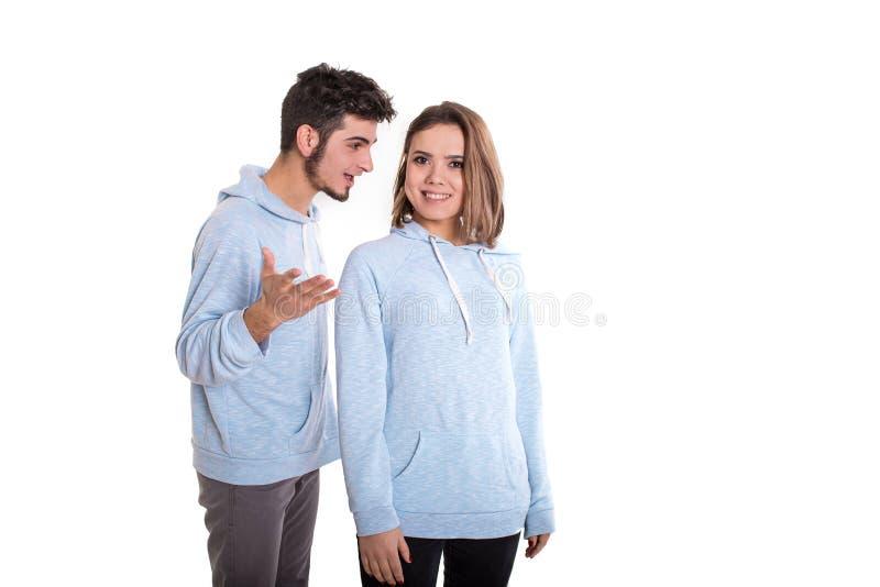 L'homme contestant avec la femme de sourire, couple a isolé photos libres de droits