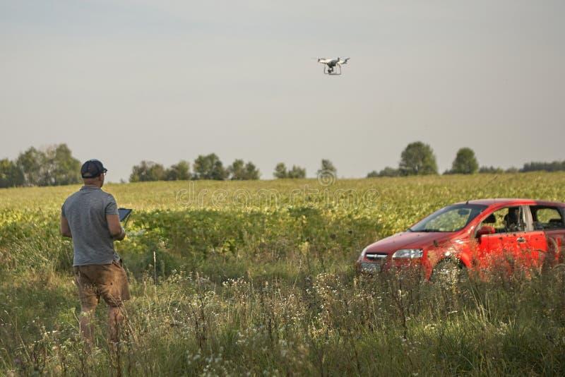 L'homme contrôle des quadrocopters À télécommande pour le bourdon dans les mains des hommes Véhicule aérien non-piloté images libres de droits