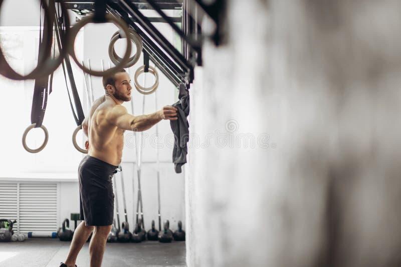 L'homme convenable d'anneau d'immersion préparent à la séance d'entraînement à l'exercice de plongement de gymnase photos libres de droits