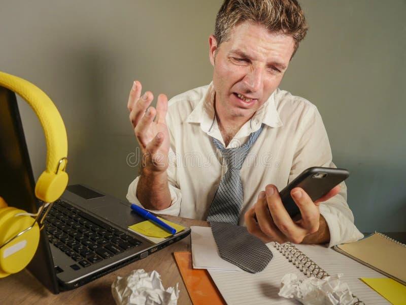 L'homme désespéré triste dedans perdent le travail malpropre et déprimé de cravate à l'ordinateur portable dans le problème de lo photo stock