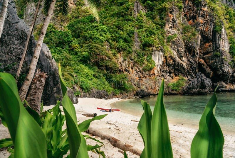 L'homme détend sur la plage en île tropicale EL Nido, Philippines photo libre de droits
