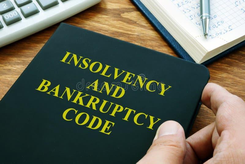 L'homme détient le code d'insolvabilité et de faillite IBC images libres de droits
