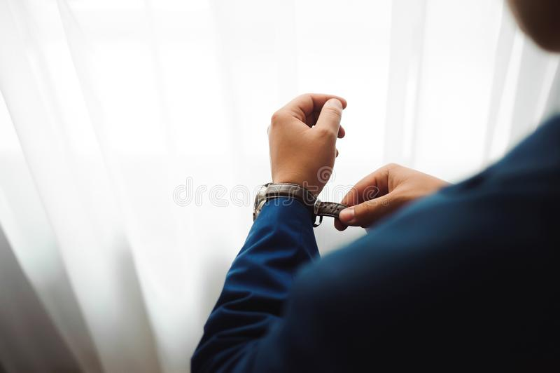 L'homme d'affaires élégant a habillé l'horloge avant de rencontrer des associés photos libres de droits