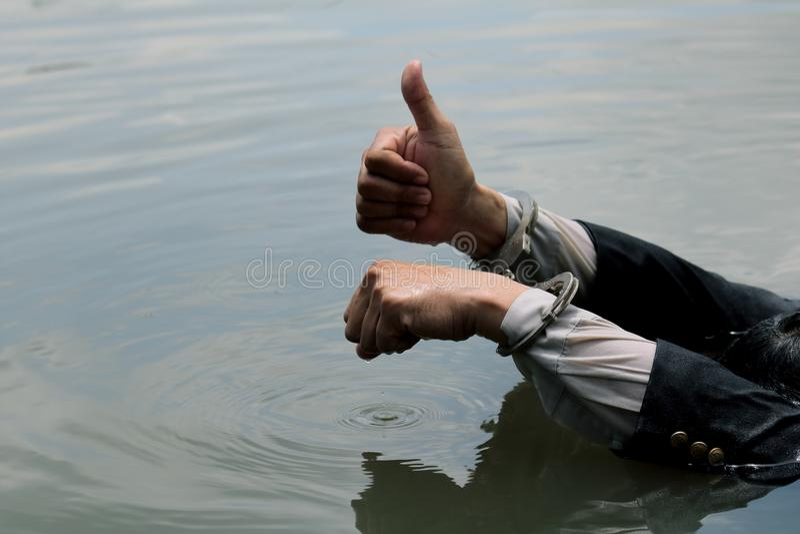 L'homme d'affaires a été arrêté par des menottes et la noyade photo libre de droits