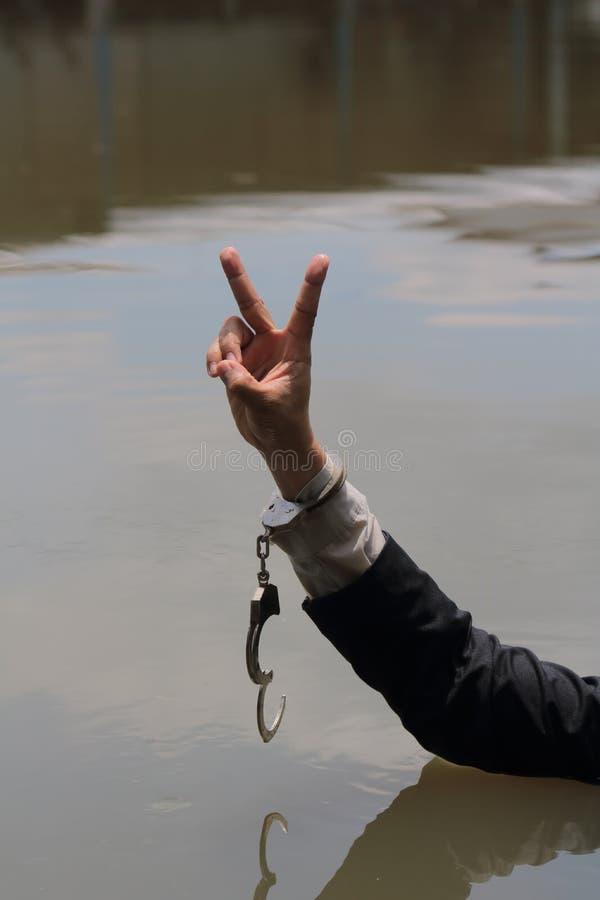 L'homme d'affaires a été arrêté par des menottes et la noyade photos libres de droits