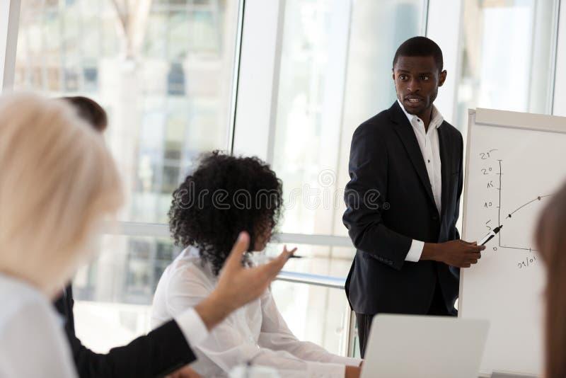 L'homme d'affaires d'afro-américain font la présentation de flipchart pendant photographie stock