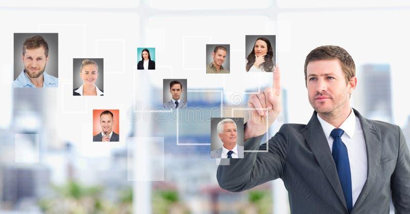 L'homme d'affaires agissant l'un sur l'autre et choisissant une personne du groupe de personnes connectent photo stock