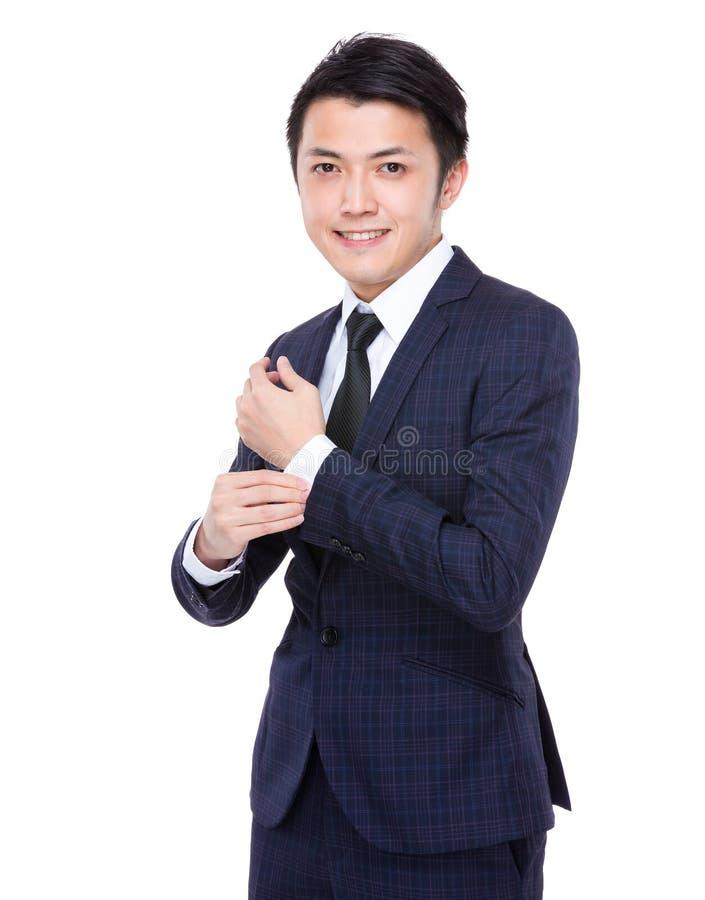 L'homme d'affaires ajustent sa douille de costume photographie stock