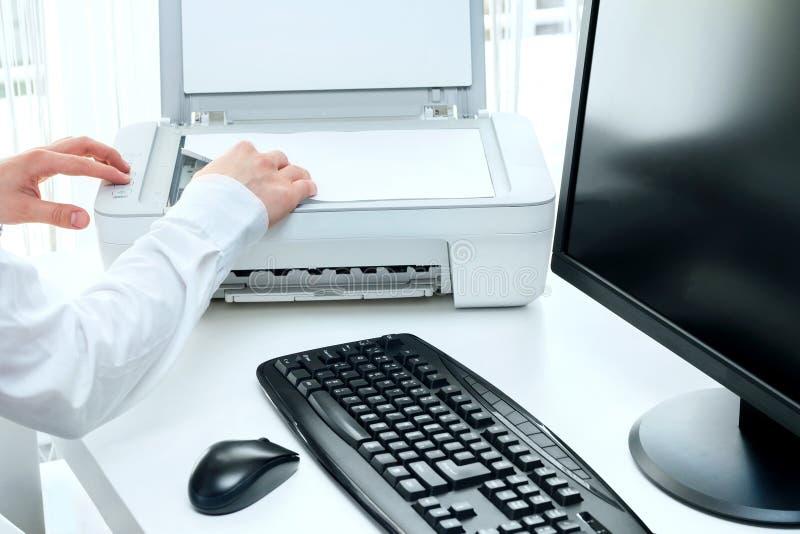 L'homme d'affaires analyse quelques documents photos stock
