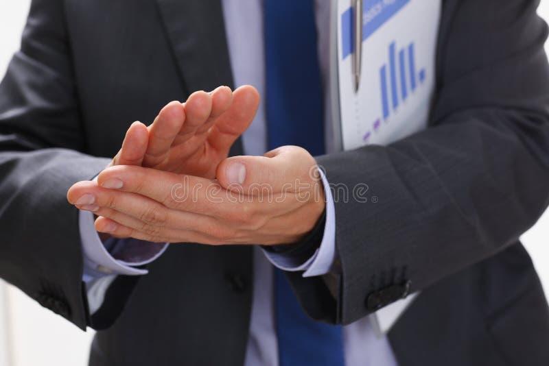 L'homme d'affaires applaudit lors d'un séminaire à image stock