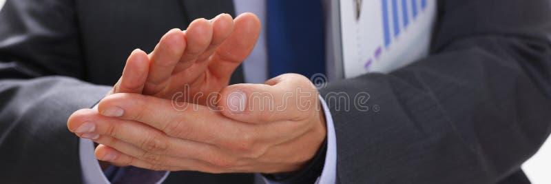 L'homme d'affaires applaudit lors d'un séminaire à image libre de droits