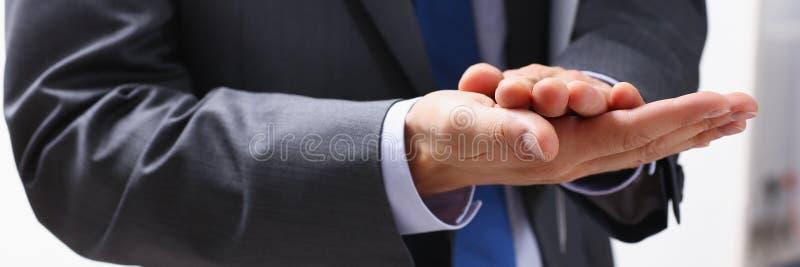 L'homme d'affaires applaudit lors d'un séminaire à photos libres de droits