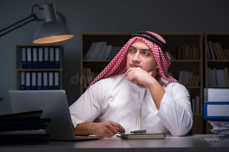 L'homme d'affaires arabe travaillant tard dans le bureau photos libres de droits