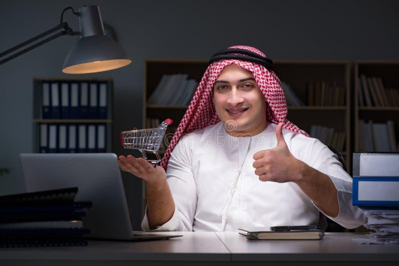 L'homme d'affaires arabe travaillant tard dans le bureau image stock