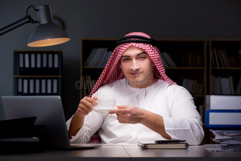 L'homme d'affaires arabe travaillant tard dans le bureau photo libre de droits