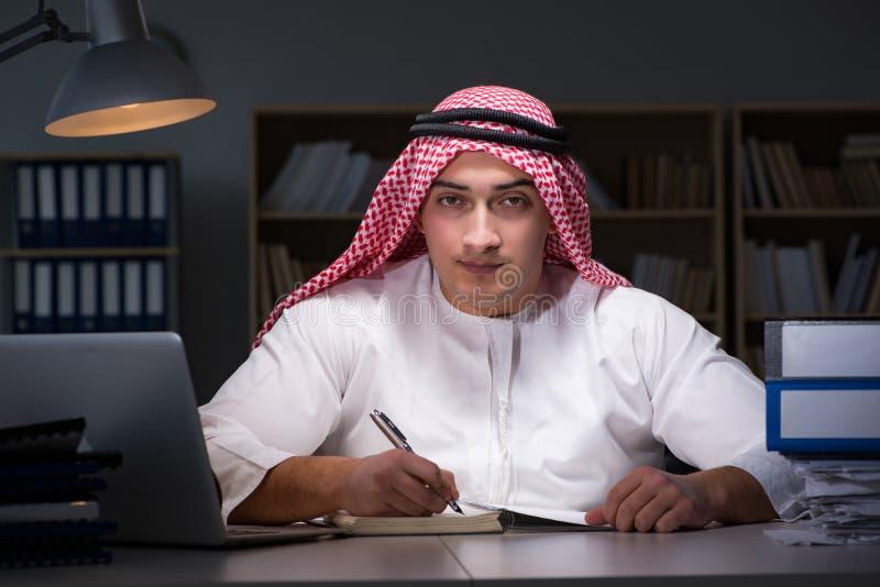 L'homme d'affaires arabe travaillant tard dans le bureau photographie stock libre de droits