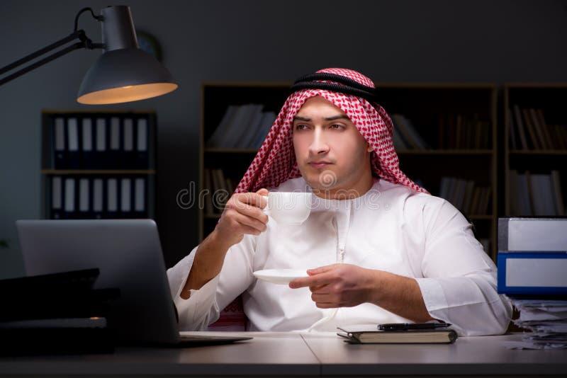 L'homme d'affaires arabe travaillant tard dans le bureau images stock