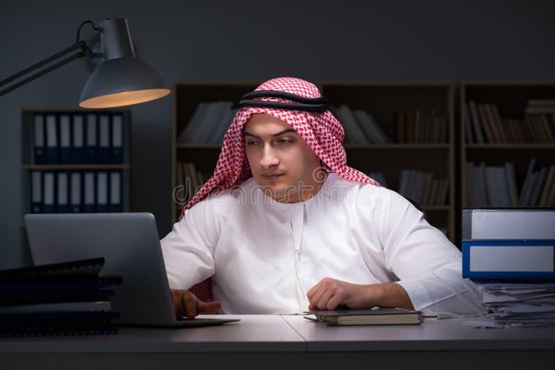 L'homme d'affaires arabe travaillant tard dans le bureau image libre de droits