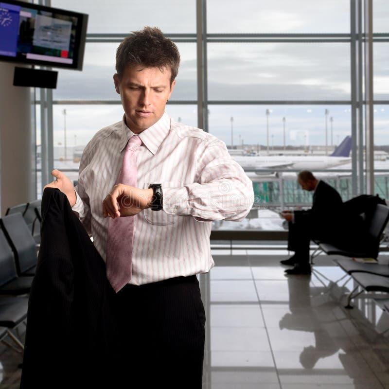 L'homme d'affaires attend sur l'aéroport photo stock