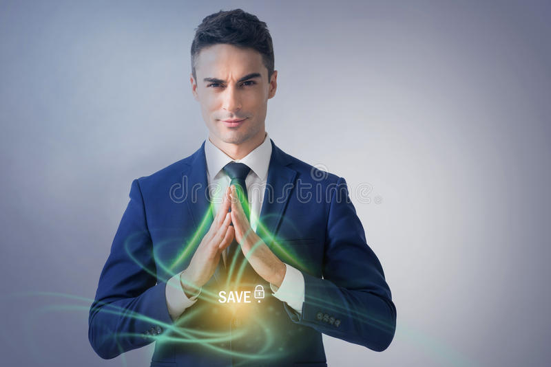 L'homme d'affaires attirant démontre la sécurité images stock