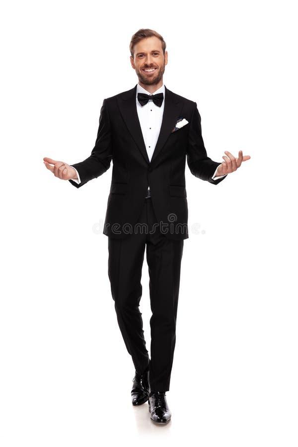 L'homme d'affaires attirant marche en avant et fait le geste de mains images libres de droits