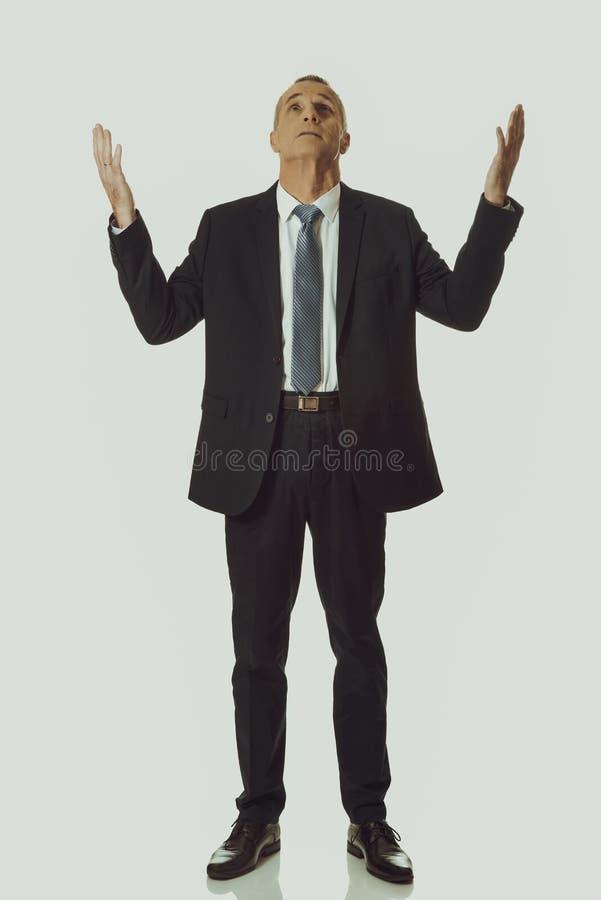 L'homme d'affaires avec des mains ouvrent le geste photos stock