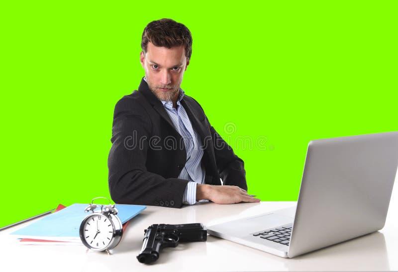 L'homme d'affaires avec l'arme à feu et le réveil dans le concept de date-butoir a isolé la clé verte de chroma photos stock
