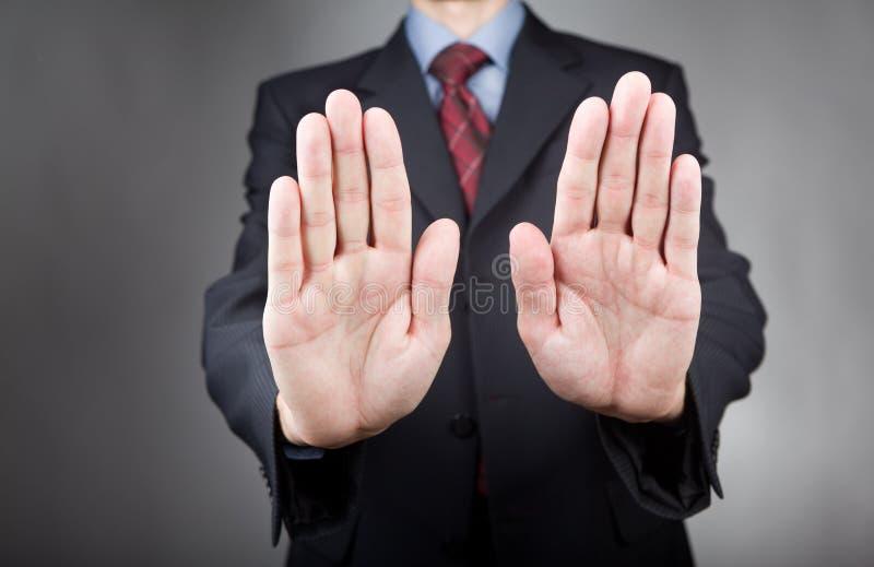 L'homme d'affaires avec l'arrêt remet le signe photo libre de droits