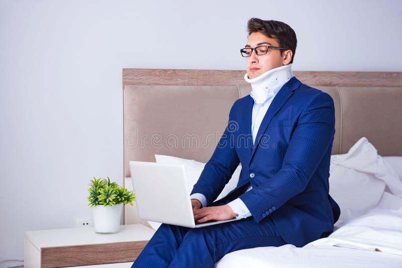L'homme d'affaires avec la blessure de cou fonctionnant de la maison images libres de droits