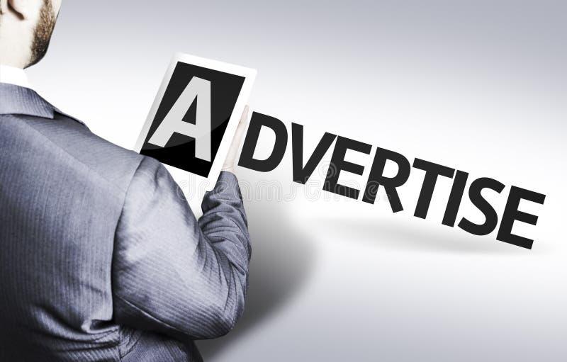 L'homme d'affaires avec le texte font de la publicité dans une image de concept images libres de droits