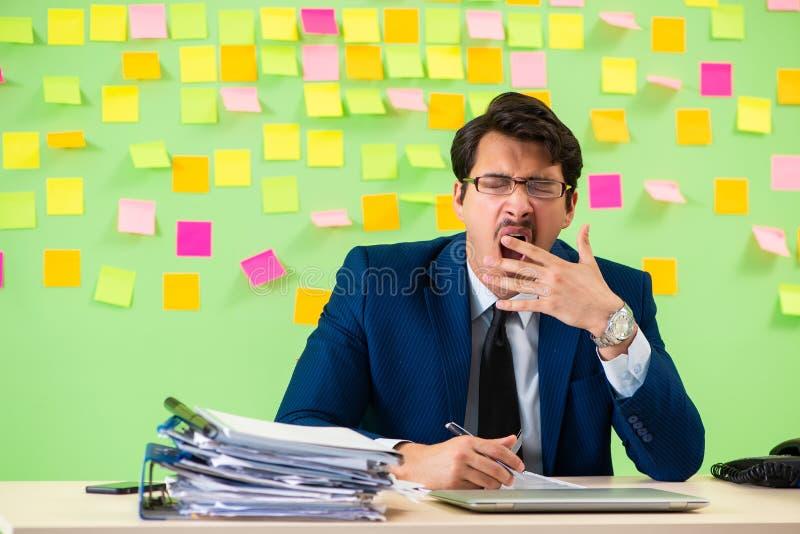 L'homme d'affaires ayant des ennuis avec ses priorités photo stock