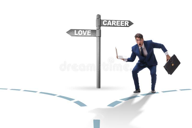 L'homme d'affaires ayant le choix dur entre l'amour et la carri?re photo libre de droits