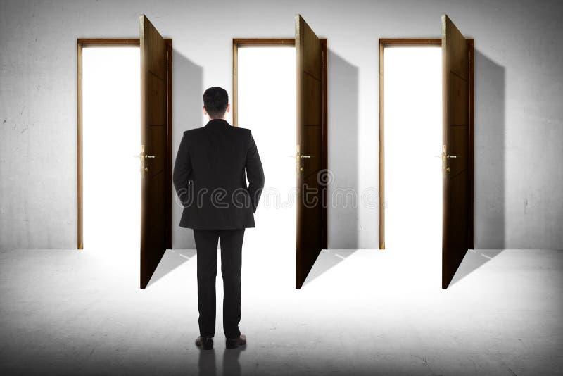 L'homme d'affaires choisissent trois options images libres de droits
