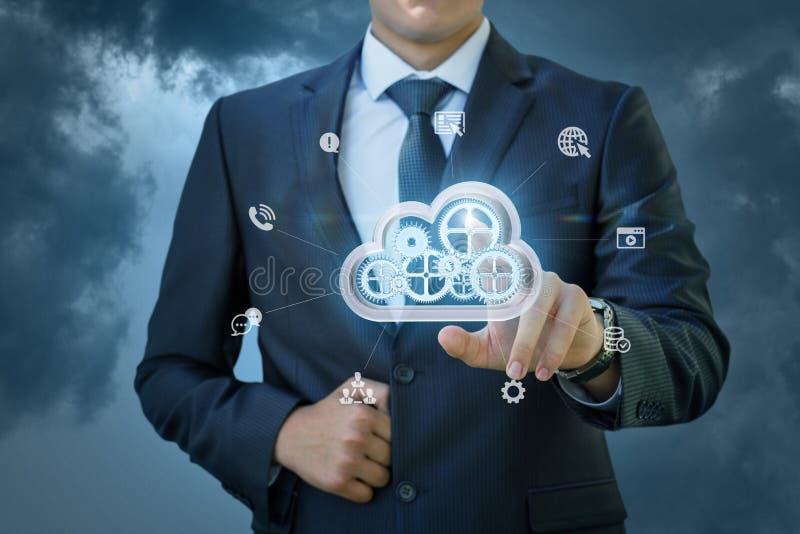 L'homme d'affaires clique sur dessus le grand nuage de données images stock