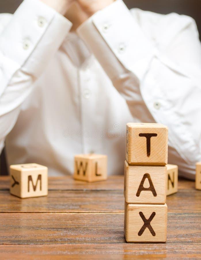L'homme d'affaires considère le processus de payer des impôts et des remboursements d'impôt fiscaux Exonérations fiscales photographie stock