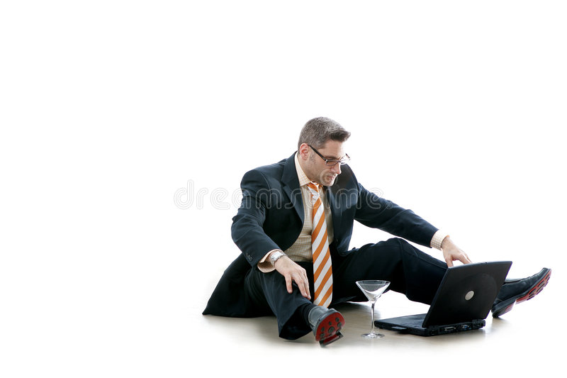 L'homme d'affaires contrôle son email (le bourreau de travail) photos stock